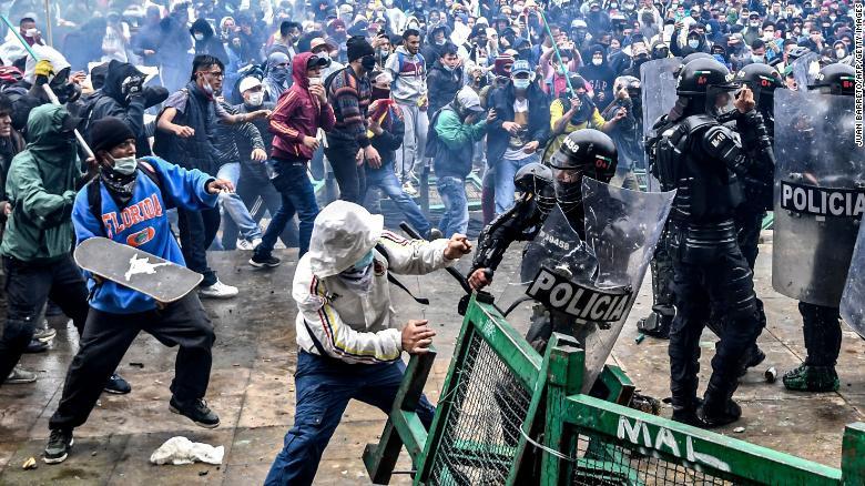 COLÔMBIA   Confrontos com a repressão em Bogotá, em 4 de maio